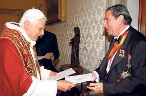 Benedicto XVI y el embajador de la España aconfesional, Francisco Vázquez, socialista contrario a los matrimonios gays y al aborto