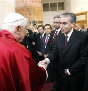 El entonces ministro Ramón Jaúregi con el Papa Benedicto XVI en su visita a Madrid 2011.