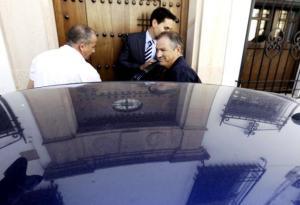 El exalcalde, Marín Lara, en el momento de entrar en el coche policial como detenido en el portal de su domicilio