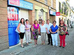 Militantes del PSOE de Ronda mostrando la Agrupación cerrada e inactiva