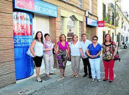 Militantes de la Agrupación malagueña del PSOE-A de Ronda, disuelta desde hace dos años, como tantas otras, y con su sede cerrada