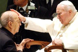Juan Pablo II dando la bendición al obispo de Máxico, Marcial Maciel, fundador de los legionarios de Cristo Rey, con denuncias de pederastia desde 1955 hasta 2005.