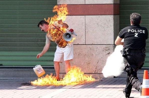 Hasta un farmaucético griego desesperado, quemándose a lo bonzo, consecuencia lo que la Troika está haciendo con Grecia. No mereció en su día ninguna portada como hoy las colas en los cajeros.