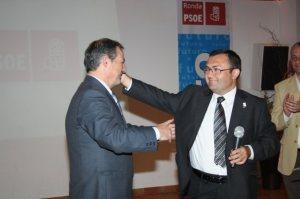 M.A. Heredia ungido por Griñán para seguir dirigiendo el PSOE de Málaga, entregando el carnet socialista al transfuga alcalde de Ronda que luego sería detenido por presunta corrupción urbanística