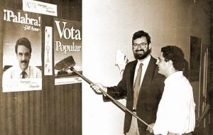 La pesadilla de Rajoy la noche de las declaraciones de Aznar, otra vez pegar sus carteles
