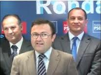 Marín Lara, siendo ya militante del PSOE con el que también fuera detenido, Francisco Caestro precedido por Miguel Ángel Heredia, secretario general del PSOE de Málaga