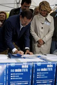 Rajoy en la oposición firmando en la campaña del PP contra el IVA