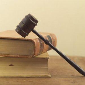 Hay que obligar que el funcionamiento de los partidos políticos sea democrático y ajustado a la Ley, incluso teniendo que acudir a la justicia