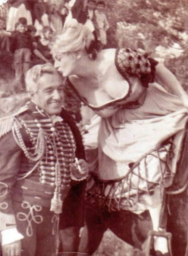 Anita Ekberg besando la cabeza de Vittorio de Sica. Fuente:  Juan Riscos de San Martín del Tesorillo.