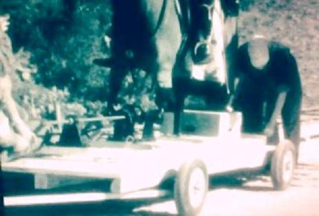 Artilugio sobre el que se situaba el cartón piedra del caballo en el que iba montado Vittorio de Sica y una manivela manejada por el hombre agachado que iba detrás le daba movilidad