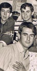 José María, de polo más oscuro, mi primo Javier, y yo agachado delante, en plena adolescencia.