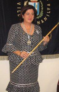 Antonia Muñoz, con la vara de alcaldesa de Manilva, revalidada por IU.