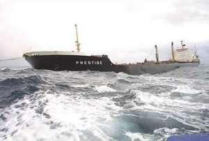El Prestige cuando aún se encontraba entero y lo mareaban de un sitio a otro con tal de alejarlo de las costas gallegas.