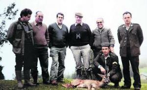 """El """"Prestige"""" echando fuel a las costas gallegas y Fraga, cazando. En el centro de la foto con gorrilla."""