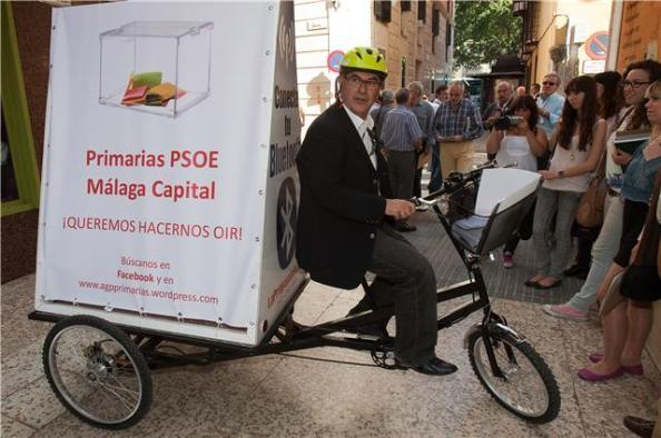 Ignacio Trillo, reivindicando, con los Estatutos del PSOE en mano, la celebración de primarias en Málaga capital.