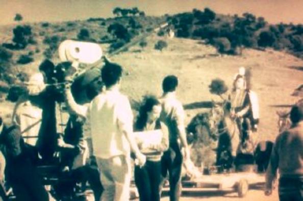 Vittorio de Sica con el montaje de caballo que tuvieron que hacerle por su miedo a estos ejemplares.