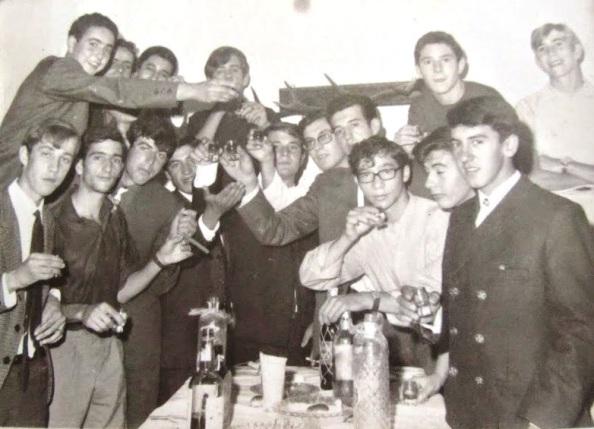 Año 1966. Miembros de los dos clubes brindando en Navidad. Foto de Juan Parra.