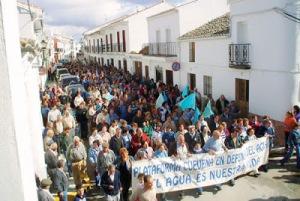 Manifestación en Cuevas del Becerro, municipio colindante a Ronda y afectado en sus acuíferos por esta macrourbanización. También hubo manifestaciones en Ronda, unas en contra del proyectto auspiciadas por los ecologista y otras a favor convocados por empresarios locales.