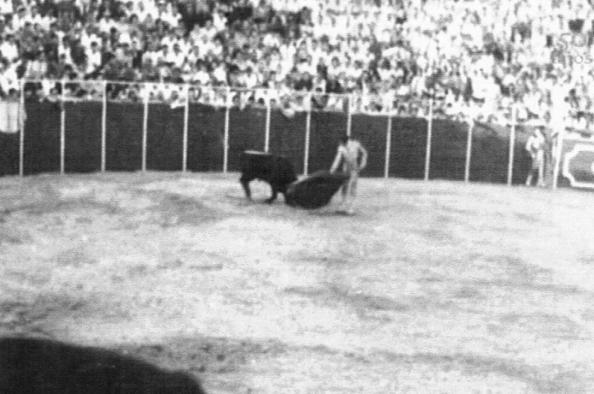 Carlos Corbacho en plena faena con la muleta disponiéndose a dar un pase de pecho. 17 de Agosto 1961. Fuente: Tiojimeno.