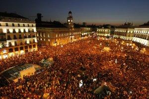 """Puerta del Sol de Madrid 15-M-2011 """"Los jóvenes salieron a la calle y súbitamente todos los partidos envejecieron (El Roto)"""