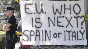 Manifestantes en Chipre vaticinando que detrás irá España o Itañia