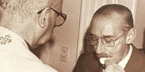 Recibiendo la comunión el sangriento dictador general Videla