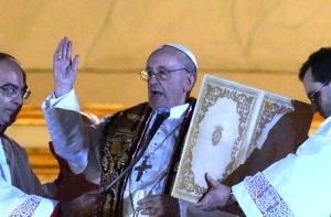 El Cardenal Bergoglio, hoy Papa Francisco I, en una sencilla ceremonia litúrgica