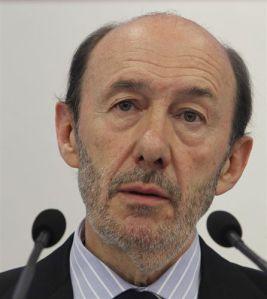 Un agotado, Alfredo Pérez Rubalcaba en su escaño, rodeado de problemas