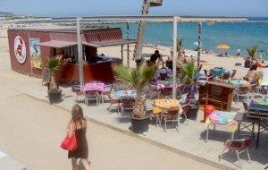 """Chiringuito """"blando"""" sobre la playa"""