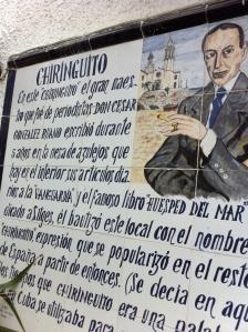 Cerámica dedicada en Sitges a César González Ruano que bautizó al primer chiringuito.