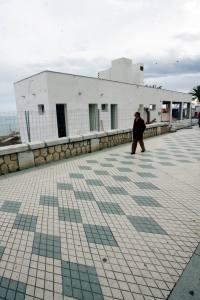 Uno de los siete mamotretos construidos sobre la arena de la playa que el gobierno municipal llama chiringuito