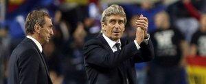 El entrenador chileno del Málaga CF, Manuel Pellegrini, saluda ante la ovación ofrecida por los aficionados tras ganar al Osasuna.
