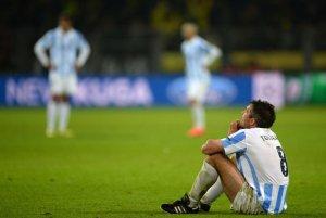 Imagen de Toulalan tras la increible derrota en el último segundo con el Borussia, todo un poema