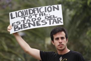 Indignado por la liquidación del Estado del Bienestar