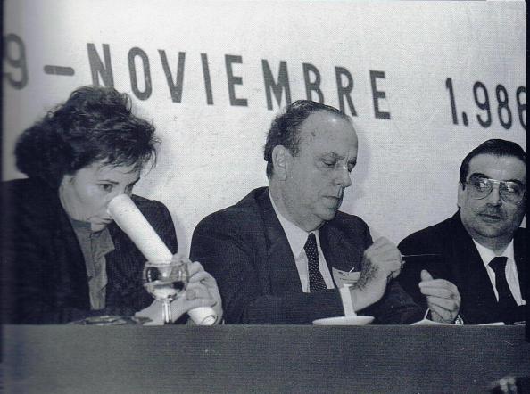 La incorregible Villalobos, jugando con los folios en rueda de prensa junto a Manuel Fraga y Francisco Ortiz de la Torre (parlamentario andaluz por Málaga del PP)