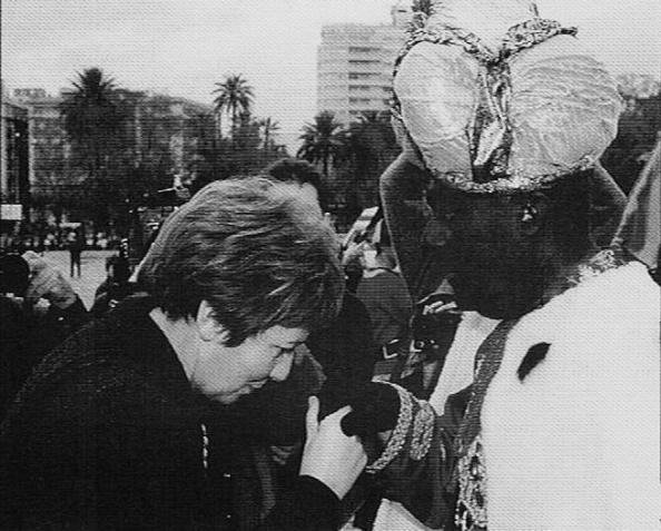 Celia Villalobos rindiendo pleitesía al rey Baltasar, Eduardo Marin Tovar, portavoz del grupo municipal socialista en la cabalgata de Reyes