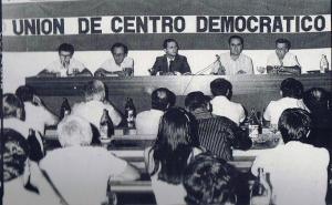 De la Torre junto al micro en rueda de prensa explicando la incomprensible postura de la UCD sobre la autonomía andaluza