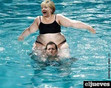 Rajoy soportando resignadamente, al sobrepeso de Merkel
