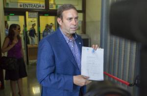 El aspirante y alcalde de Jun, José Antonio Rodríguez, presentando denuncia ante la vulneración de derechos, como que en plena era de la tecnologías los avalesremitidos por medios electrónicos no tuvieran validez