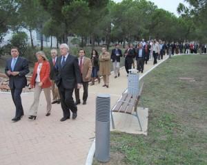 Luis Planas, inaugurando el Parque de los Tres Jardines en San Pedro de Alcanántara, acompañado de la alcaldesa de Marbella y de su equipo en Málaga de la Junta que no le ha apoyado en este proceso porque se deben a la clave orgánica del PSOE-A