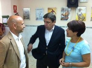 El aspirante, Luis Planas, con dirigentes de la Agrupación de Carretera de Cádiz de Málaga capital (16.07.2013)