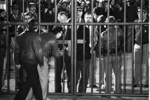 La apertura de la frontera, en 1982, también significó el reencuentro de cientos de familias que vivían separadas por una verja de hierro. La Línea, y por ende la comarca, recuperó muchas cosas con la reapertura de la verja. Sobre todo la ilusión. Además, aquel hecho acabó definitivamente con el franquismo y trajo de vuelta a la ciudad a miles de personas que emigraron fuera de España en 1969. Y en Gibraltar la visión de la apertura fue acogida con los brazos abiertos. Era recuperar la normalidad pero también la muerte del franquismo.