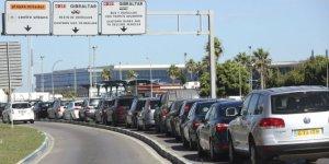 Vueve a reaparecer, las largas colas de coches para entrar y salir de Gibraltar. La economía de la zona, a ambos lados de la Verja, muy pronto se resentirá.