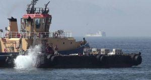 Barco Gibraltareño arrojando los bloques de hormigón que no impiden la pesca pero sí que se esquilme por la ténica del arrastre los fondos marinos.
