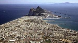 La Línea de la Concepción, un discurrir continuo urbano y geográfico que acaba en El Peñón de Gibraltar