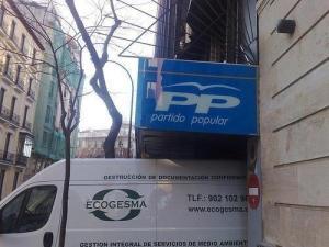 El vehículo que se lleva las cosas a destruir del PP de su sede central de calle Génova