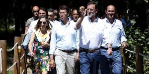 Patético paseo vacacional de Rajoy arropado por la plana mayor del PP con la prensa citada pero alejada para que no le hicieran preguntas sobre la corrupción en el PP.