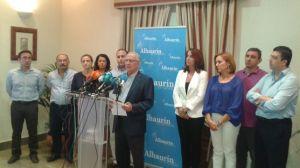Martín Serón con su equipo de Gobierno del PP, en el que anuncia que abandona la militancia y la alcaldía, a la vez que lanza ataques  por la sentencia al Tribunal Supremo y a la fiscalía