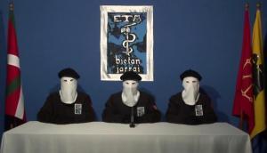ETA aunciando el 20.10.2011, el fin a su lucha armada, que era tanto como asumir su derrota frete al Estado de Derecho.