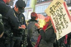 Señora mayor identificada por el hecho de llevar un cartel sobre el objeto de la concentración